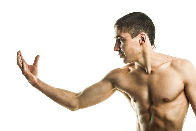 ¨muž s atletickou postavou