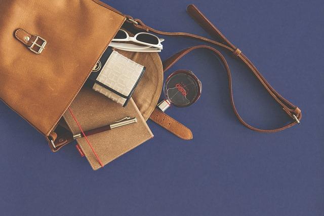 vysypané věci z kabelky.jpg
