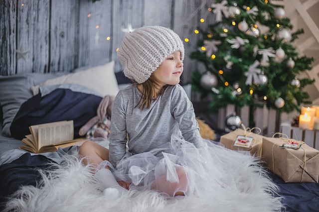 holčička u dárků