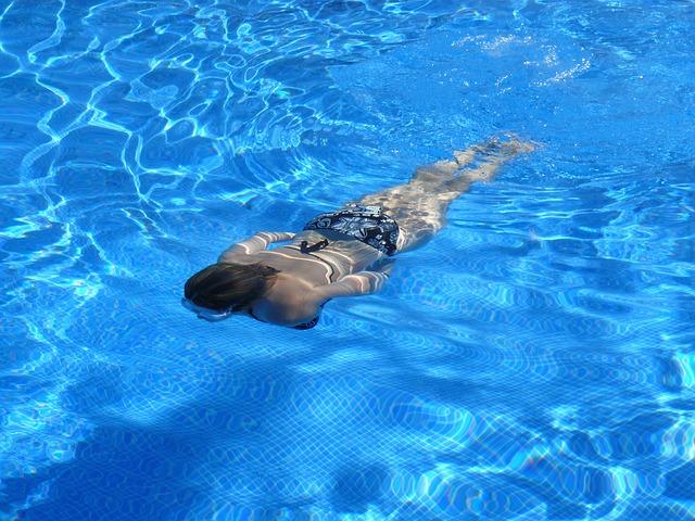 plavat pod vodou